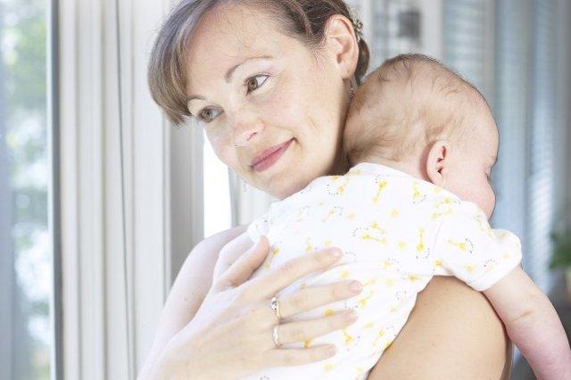 Неприятный запах из уха у грудничка: возможные причины его появления у ребенка и способы устранения