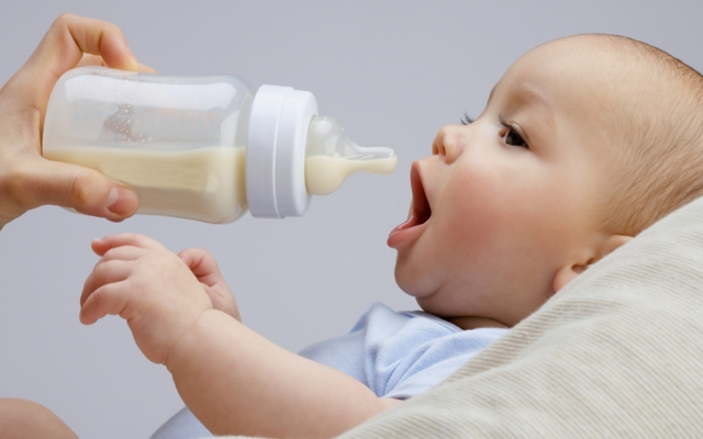 Питание детей до года по месяцам : таблица кормления, нормы еды для новорожденного