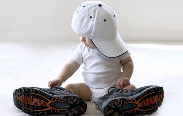 Что должен уметь ребенок в 8 месяцев: критерии развития мальчика, девочки