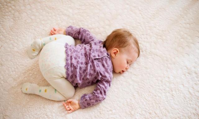Сколько ребенок должен спать в 10-11 месяцев: сон днем, ночью