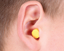 Ребенку в ухо попала вода: что делать и как ее убрать в домашних условиях?