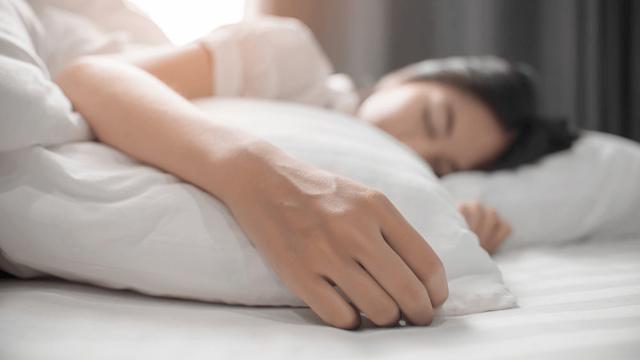 Немеют пальцы рук при беременности, кисти и ноги: причины и лечение