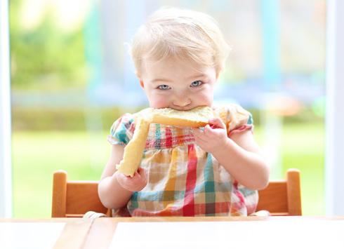 С какого возраста можно давать хлеб ребенку и какой - черный или белый?