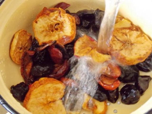 Компот для грудничка из яблок, сухофруктов, изюма для ребенка 6-7 месяцев до года