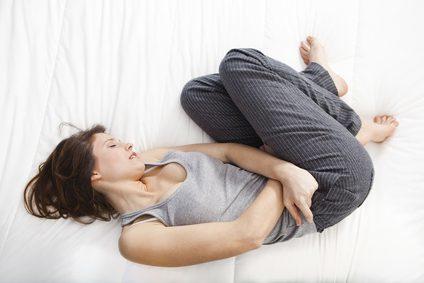 Болит поясница перед месячными: причины предменструальных болей в спине и животе у женщин