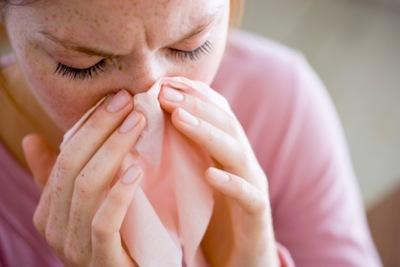 Чихание при беременности: как лечить насморк на ранних сроках, если больно чихать?
