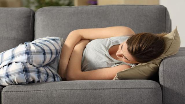 Тошнит перед месячными: может ли это означать беременность, почему болит низ живота?