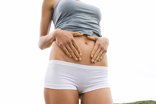 Как убрать растяжки на бедрах и животе, чем мазать, чтобы их не было во время беременности?