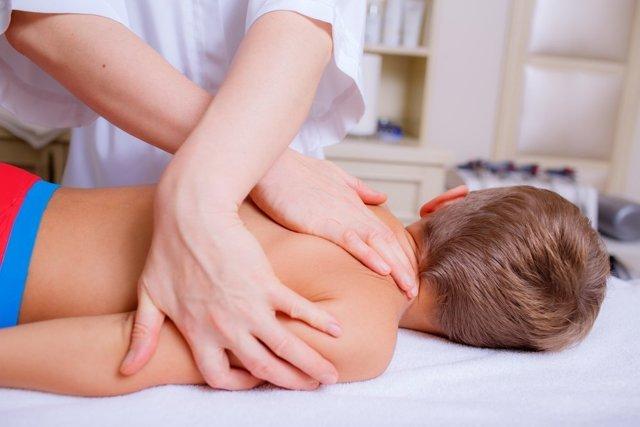 Массаж при сколиозе у детей - правила растирания спины при искривлении позвоночника (видео)