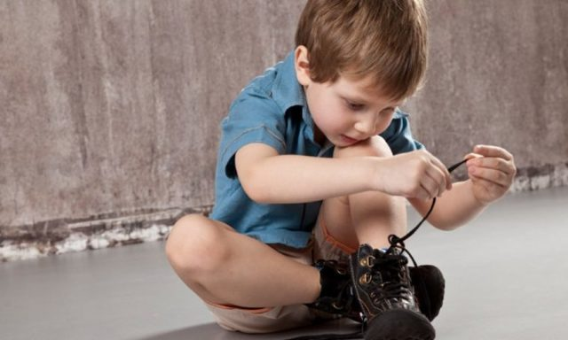 Как научить ребенка завязывать шнурки быстро и просто: видео, стишок