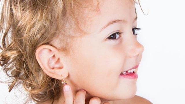 Прокалывание ушей детям пистолетом: когда лучше делать процедуру девочке?